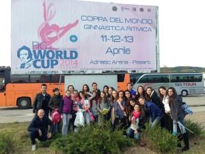 Le ragazze dalla Futura Gym e della Progetto Ritmica a Pesaro per sostenere la sambenedettese Valeria Schiavi